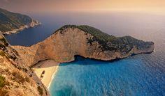 Veel woorden heeft dit stukje strand niet nodig. Blauwe wateren en hagelwit zand, omringd door rotsen. Dit is het mooiste strand van Griekenland: Navagio Beach. Je vindt het aan de noordwestkust van het Griekse eiland Zakynthos.
