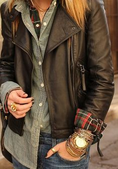 Winter Chic: 40 Stellar Street Style Outfits to Copy Now Try layering two button-down shirts (one printed or plaid, and one solid or denim) and rolling up the sleeves to show off the cuffs. So smart. Image via Atlantic-Pacific Winter Chic, Autumn Winter Fashion, Fall Winter, Winter Layers, Fall Chic, Winter Ideas, Winter 2017, Fall Days, Autumn Style