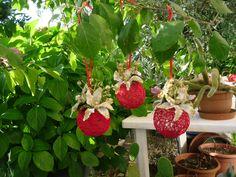 Palline di filo di cotone con fiori applicati