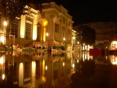 In unmittelbarer Nachbarschaft zu unserem Hotel befindet sich das Museumsquartier, das sogenannte MQ. Nicht nur am Tag lässt sich hier Kunst bestaunen, auch abends lässt es sich in einer der Bars noch angenehm entspannen.   http://www.mqw.at/