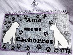 Placa homenageando o cãozinho, animalzinho de estimação. Homenageie seu cão com esta bela placa elaborada a partir de diferentes pinturas artísticas e técnicas de decoupagem, aplicação de stencil e carimbos artísticos, assim como pátina. <br> <br>Você pode também presentear a um amigo ou amiga especial que ama seu cãozinho. <br> <br> O cliente também poderá solicitar a colocação do nome do cachorro ou cachorrinha da pessoa que será presenteada. <br> <br>Na compra de duas plaquinhas cada uma…