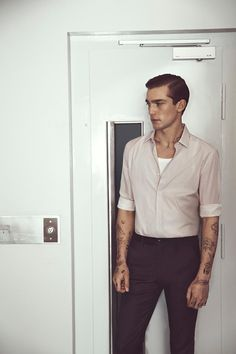 Freestyle tattos - light pink shirt on Alexis Petit Style Outfits, Fashion Outfits, Graphic Design Tattoos, Mode Man, Masculine Style, Gentleman Style, Look Fashion, Style Guides, Vintage Fashion