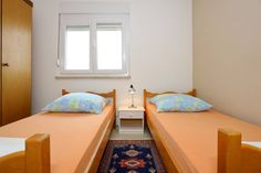 Haus in Zadar, Kroatien. The room is located in a quite area, in a private house in Zadar. It's on the third floor and it has separate entrance from hosts. There's a big living room and a kitchen you are free to use. Free wifi. Free parking space in front of the house. Bu...
