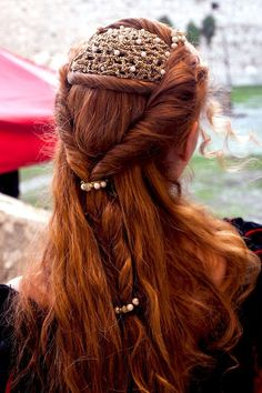 Red hair and renaissance do. Renaissance Hairstyles, Historical Hairstyles, Pretty Hairstyles, Wedding Hairstyles, Style Hairstyle, Bridal Hairstyle, Elvish Hairstyles, Fantasy Hairstyles, Roman Hairstyles