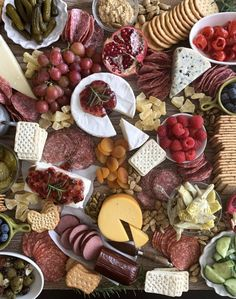 A step-by-step guide on How To Make the Perfect Charcuterie Board! A charcuterie board is a big cheese plate with meats & fruits - it's perfect for parties! Charcuterie Recipes, Charcuterie Platter, Charcuterie And Cheese Board, Cheese Boards, Charcuterie Display, Cheese Platters, Food Platters, Antipasto, Happy Thanksgiving Friends