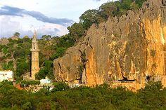 Bom Jesus da Lapa/BA - igreja situada dentro da gruta, fonte de águas milagrosas, roteiro de peregrinação.