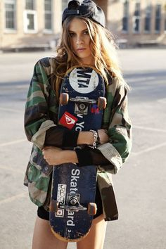 Skate Girls just damn ! Skater Look, Skater Girl Style, Girl Outfits Tumblr, Tumblr Girls, Burton Snowboards, Mode Hippie, Hippie Style, Skater Mädchen Outfits, Emo Outfits
