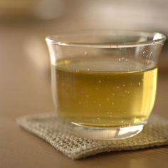 Té Verde:   Investigaciones chinas han encontrado que las personas que toman 3 tazas de té verde por día han reducido la velocidad del proceso de envejecimiento. La razón: el té verde probablemente mejora la estructura de tu ADN y retarda el encogimiento de las células que sucede durante el envejecimiento.