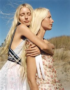 """""""A Place in the Sun"""" Kirsty & Violet Hume photographed by Zoe Ghertner for Vogue US January 2018 Stylist: Camilla Nickerson Hair: Jimmy Paul Makeup: Dick Page Fashion Photography Inspiration, Editorial Photography, Photography Poses, Photography Magazine, 90s Models, Runway Models, Zoe Ghertner, Kirsty Hume, Sister Photos"""