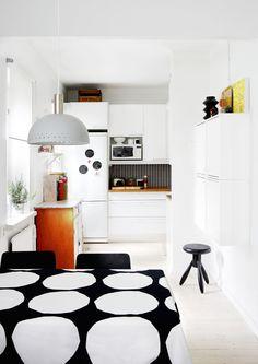 pop-deco: Kitchen from Finnish magazine Deko. Kitchen Interior, Home Interior Design, Kitchen Decor, Interior Decorating, Kitchen Office, Kitchen Layout, Kitchen Dining, Dining Room, Decorating Ideas