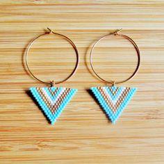 Boucles d'oreilles pendantes style ethnique anneaux créoles de 30mm en plaqué or gold filled 14 carats et triangles tissés main en perles Miyuki delicas bleu turquoise mat, blanc et doré.