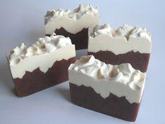 Hacer jabón de Chocolate y Nata. Quedan igual que un pastel de verdad. Los primeros dulces que en vez de engordar, limpian como nada! Un resultado increíble!