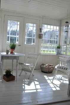 Looks like theback porch vita verandan Porches, Glass Porch, Victorian Porch, White Cottage, White Rooms, Scandinavian Home, White Houses, White Decor, Home Fashion