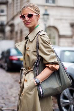 Takes On The Trench Street Style By Vanessa Jackman Stella McCartney Chain Lined Shoulder Bag Round Pink Sunglasses Fashion Week Estilo Fashion, Look Fashion, Ideias Fashion, Winter Fashion, Womens Fashion, Ny Fashion, Trending Fashion, Street Fashion, Looks Street Style