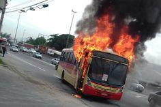 Quarta-feira, 03 de maio de 2017     Ao menos oito ônibus foram incendiados por criminoso  s em represália à operação da polícia na Cidade Al...    http://www.opinologo.com.br/2017/05/brasil-vive-uma-guerra-civil-nao-declarada.html?utm_source=feedburner&utm_medium=email&utm_campaign=Feed%3A+Opinlogo+%28Opin%C3%B3logo%29
