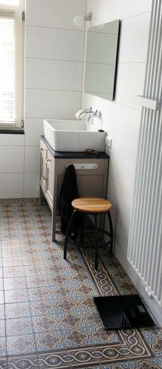 Oude vloertegels uit de collectie van FLOORZ toegepast in een badkamer....