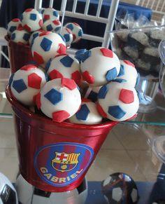 Quando a minha cliente pediu uma festa do time de futebol do Barcelona eu já imaginei que esta seria uma festinha super personalizada! Não deu outra. O resultado foi plotagens e ítens personalizado…