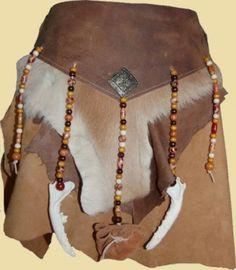 Rock aus Ziegenvelour und Fettleder, verziert mit Holzperlen und Knochen