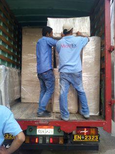 يتم نقل وشحن ممتلكاتك في شاحنات مغلقة لضمان سلامتها اثناء النقل...