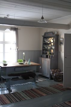 Old farmhouse interior today in Finland Scandinavian Furniture, Scandinavian Living, Cottage Interiors, Cottage Homes, Farmhouse Interior, Home Interior, Swedish House, Cottage Design, Rag Rugs