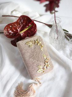 • Bolso de fiesta Jimena *FLOWERS*   Realizado en cordón de seda y adornos de flores de latón   Diseño y foto de Olvido Madrid Vintage Leather, Leather Handbags, Wedding Bags, Sling Bags, Crochet Bags, Sewing, Crocheting, Madrid, Couture