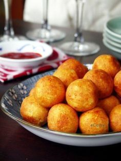 Paneer Kofta/Stuffed Cheese Balls:Homemade cheese stuffed with raisins, nuts & cream - deep fried for a delightful melt in your mouth snack. Iftar, R Cafe, Indian Cheese, Yummy Food, Tasty, Homemade Cheese, Cheese Ball, Indian Food Recipes, Appetizer Recipes