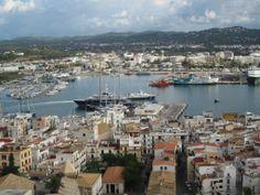 La Marina, Ibiza-stad. Ik was in oktober op Ibiza, maar ook toen lagen er nog een aantal luxe jachten in de haven. Leuk om je ogen uit te kijken. In de zomer is dit de plek om te zien en gezien te worden.