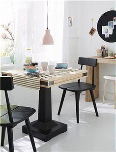 Bistrotisch Der massive Bistrotisch mit schwarz gestrichenem Fuß und naturfarbenen Tischplatte im Antikfinish nimmt wenig Platz in Anspruch....