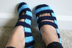 Crochet Tutorial: Double Strapped Slippers ~ TIP: carry yarn up thru slip sts vs. cutting & re-joining each time! Unique Crochet, Love Crochet, Knit Crochet, Knitted Slippers, Crochet Slippers, Bedroom Slippers, Crochet Tutorial, Piping Tutorial, Socks