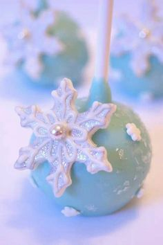 Snowflake cake pops by Evie and Mallow made for a WINTER WONDERLAND theme for Paper Candee