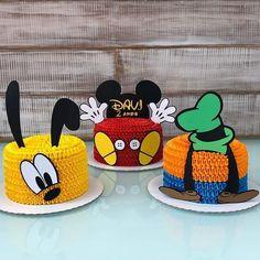 Olha que lindo esses bolo com o tema Mickey e seus Amigos! Bolo Do Mickey Mouse, Mickey Mouse Clubhouse Cake, Fiesta Mickey Mouse, Mickey Mouse Parties, Mickey Party, Disney Parties, Pirate Party, Disney Mickey Mouse, Cupcakes Mickey