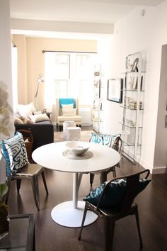 So pretty, I love the silver, white & teal accents. Seen on the Apartment Therapy website - Lauren & Carly's Long Lofty Living.