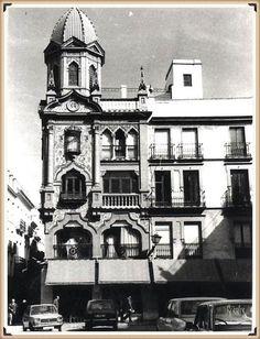 En la plaza del pan años 70, el edificio Pedro Roldán, levantado entre los años 1926 y 1927 su arquitecto José Espíau y Muñoz