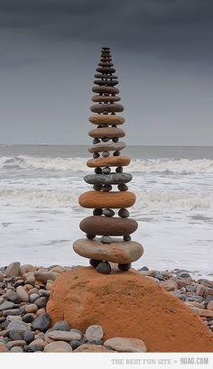 """Helt ærligt… Måske var det bare det her, jeg skulle have lavet de sidste par dage:  Bare gået ture ved stranden og fundet sten… Det kunne også være skønt at falde over sådan en """"…"""