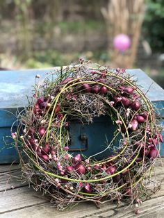 Spring wreath Also in January there is great material for wreaths. The flower bulbs and light green cornus branches give a little hint towards spring,DIY upcycling . Door Wreaths, Grapevine Wreath, Easter Wreaths, Christmas Wreaths, Couronne Diy, Fleurs Diy, Rustic Bathroom Decor, Bulb Flowers, How To Make Wreaths
