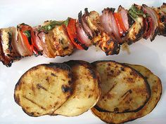 chicken kebobs marinated in yogurt herb sauce w/ grilled vinegar potatoes. Marinated Chicken, Chicken Kebab, Grilled Chicken, Side Dish Recipes, Dinner Recipes, Barbacoa, Yummy Eats, I Love Food, Food For Thought