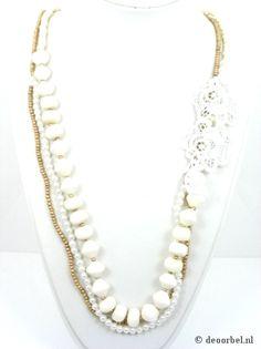 Wit met goudkleurige 3 strengs halsketting met kanten bloem. €9,95