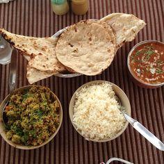Byriani végétarien, naans, riz blanc et dahl makhani - 7€ Veggie Food, Veggie Recipes, Dahl, Grubs, Veggies, Bread, Drink, White Rice, Indian Cuisine