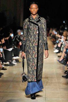 Miu Miu -Automne-Hiver 2016-2017 veste longue style tapisserie liseré noir jupe longue jean.