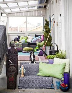 sichtschutz balkon kissen laternen glasdach sonnenschutz