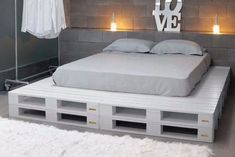 Pallet Furniture Projects Paletten Bett Mehr - a bed in any of king or queen size layout, check out this DIY platform bed scheme which has been displayed by placing in different styles of bedroom interiors. Diy Pallet Bed, Wooden Pallet Furniture, Diy Furniture, Pallet Chair, Pallet Wood, Pallet Bed Frames, Bedroom Furniture, Wood Pallets, Furniture Projects
