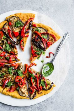 Sweet Potato Crust Pizza with Roasted Eggplants, Bell Pepper & Chimichurri This vegan and gluten-free sweet potato crust pizza is bursting with flavors! Topped with roasted eggplants, red bell pepper and a bright chimichurri sauce. Vegan Eggplant Recipes, Vegetarian Recipes, Healthy Recipes, Vegan Pizza, Stuffed Sweet Peppers, Crust Pizza, Sweet Potato Pizza Crust, Pizza Pizza, Vegan Dinners
