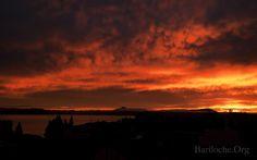 Hoy 8 AM. Bariloche amaneció sobre un espectacular rojo fuego...  Foto: Mara Grebenar   Bariloche.Org