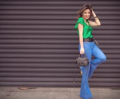 Calça flare com blusa de seda verde para sair em dias relax, shopping e passeios casuais