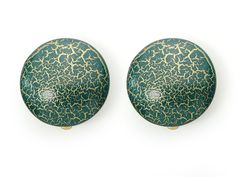 Mittelgroßer Button Clip in blau/gold  Strukturiertes Rund. Veredelter Acrylat-Bouton mit gemusterter Oberfläche. Durchmesser: 30 cm http://www.langani.de/de/kollektion-de/2015herbst-winter/category/174-winterblau.html  #langani #buttonclip #handmadejewelry #jewelry #winter