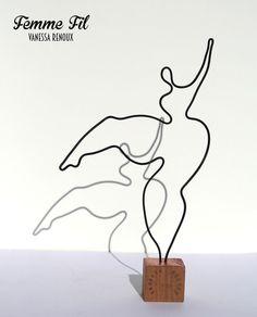 Femme stylisée en train de danser, danse de joie, en fil de métal gainé noir sur socle de bois. Jeux de transparence et de lumière. Création Vanessa Renoux, 2017