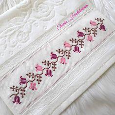 Cross Stitch Gallery, Small Cross Stitch, Cross Stitch Borders, Cross Stitch Flowers, Cross Stitch Designs, Cross Stitch Patterns, Kasuti Embroidery, Embroidery Stitches, Hand Embroidery