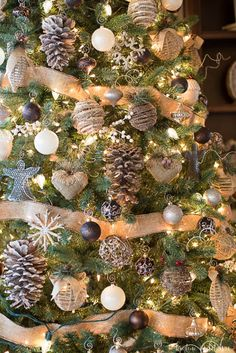3 tips to make your tree magical! When it comes to decorating a tree, I've learned a lot! These are my 3 tips to make a tree look magical! It works on every single Christmas tree! Diy Christmas Tree Topper, Christmas Tree Decorating Tips, Silver Christmas Decorations, Christmas Tree Themes, Christmas Lights, Christmas Pictures, Farmhouse Christmas Decor, Rustic Christmas, Christmas Crafts