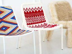 일상 생활에서 떼려야 뗄 수 없는 것이 바로 의자죠. 포장마차의 분위기를 살려주는 파란 플라스틱 의자부터 자동차 한대 값은 거뜬히 하는 디자인 의자까지 정말 다양한 의자들이 있는데요, 오늘 소개해 드릴 의자는 '옷을 입은 의자'입니다. 한국 디자이너 정은영씨가 'Clothing For Chairs'라는 컨셉으로 디자인 한 의자입니다. 정말 한땀 한땀 디자이너의 정성이 들어 가지 않으면 완성이 안될 의자네요. 또 이 의자의 특징은 마음만 먹으면 '나도 만들수 있다'가 아닐까 생각하는데, 심심하다 싶으신 분들, 과감하게 도전 해보는게 어떨까요? 개인적으로 'Happy Christmas'가 가장 마음에 드네요.