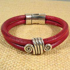 pulsera de cierre d iman cuero de regaliz rojo y adorno plata